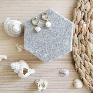 Pendientes de aro dorados y perla